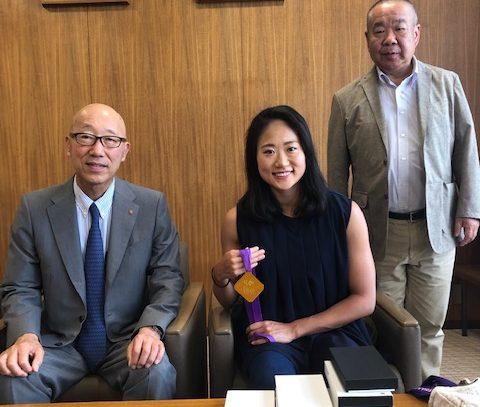アーティスティックスイミングの吉田 萌選手(本学職員)が佐藤学長にFINAワールドシリーズの結果報告