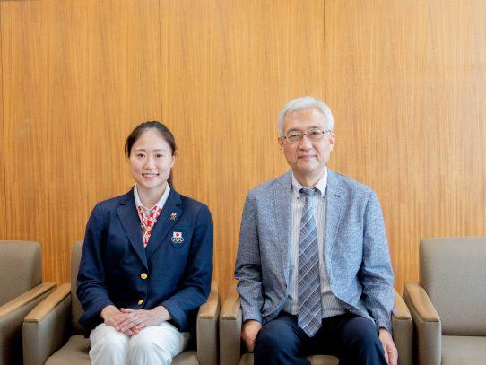 アーティスティックスイミング日本代表の吉田 萌選手が東京2020オリンピックの結果を引田学長に報告