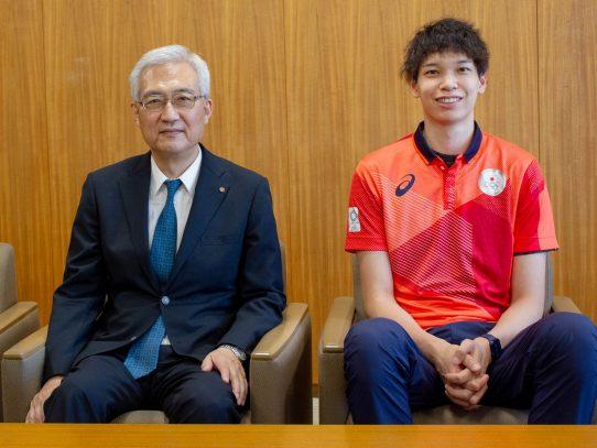 バレーボール日本男子代表の山内晶大選手が東京2020オリンピックの結果を引田学長に報告